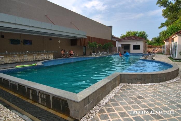 kolam renang Familia Spa untuk seluruh anggota keluarga
