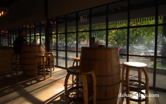 meja kursi unik di Woo- Ha Cafe & Bar