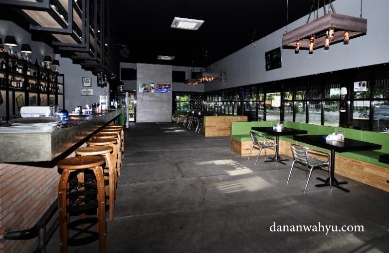 Bar dan Kafenya luas banget pas untuk laps dance ala Cowboy