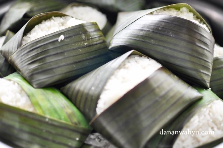 Nasi bungkus daun wanginya memang maknyus