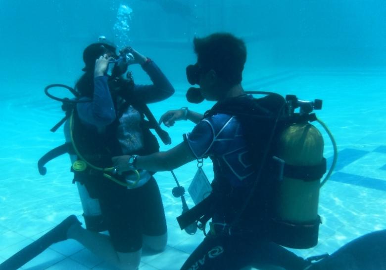 Membersihkan masker di dalam air
