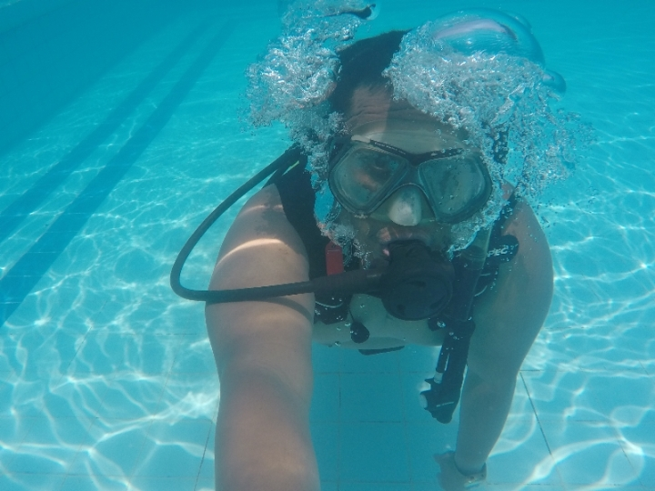 Melatih kemampuan bouyancy di dalam air