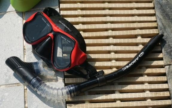 Masker peralatan scuba diving yang juga digunakan saat snorkeling