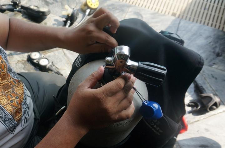 Memasang tabung udara ke BCD (Bouyancy Compensation Device )