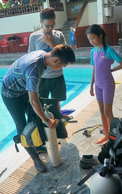 Anak-anak diperkenalkan dengan scuba diving