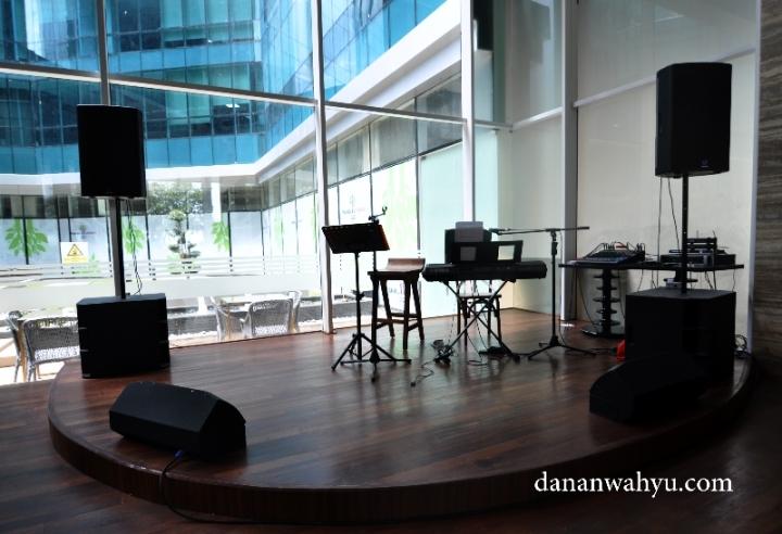 panggung kecil di lobi Hotel Best Western Premier Panbil Batam