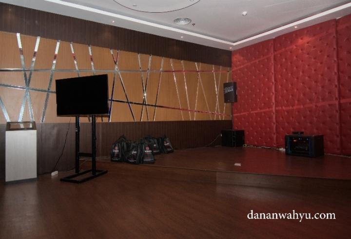 panggung mini di Sing Sing So Karaoke & KTV