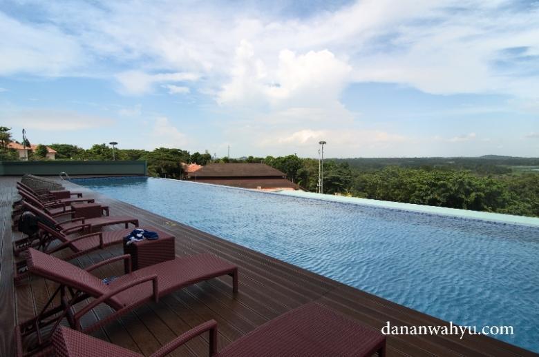 infinity pool dengan pemandangan danau buatan Duriangkang