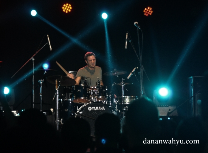 Francesco Mendolia drummer asal Italia memandu musik