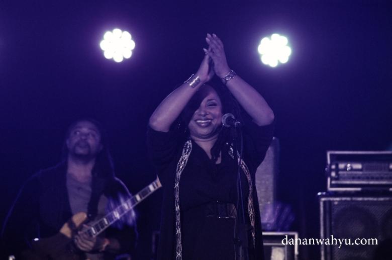 Imaani sang vokali bernyanyi One Love sambil bertepuk tangan