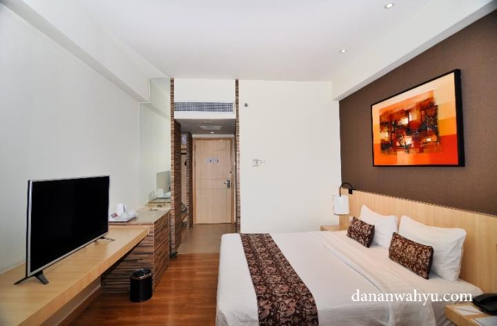 Kamar didominasi warna putih dan coklat kayu