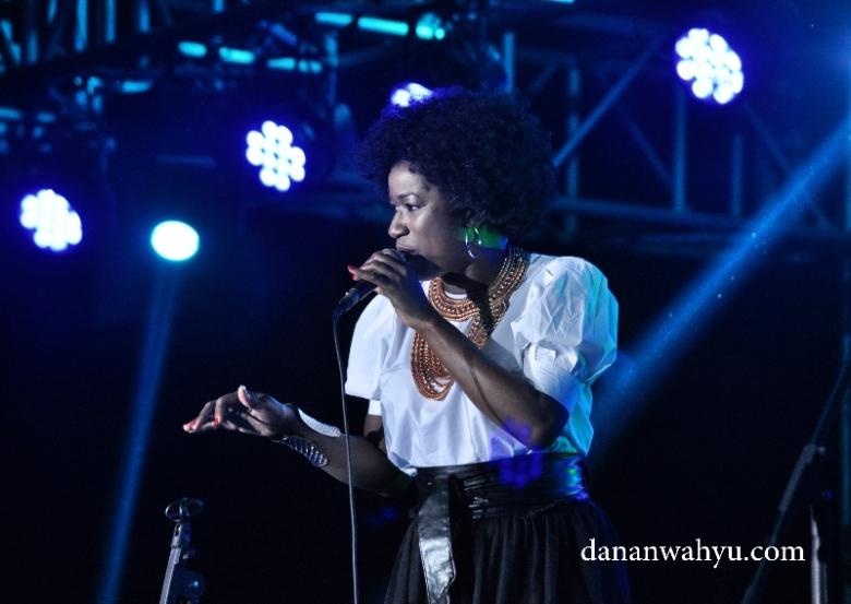 Vanessa Haynes membuka konser dengan sangat manis