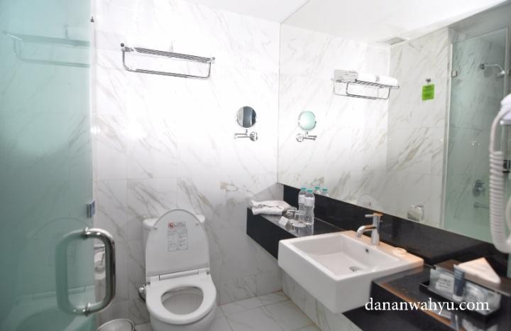 Kamar mandi dengan dinding dan lantai marmer