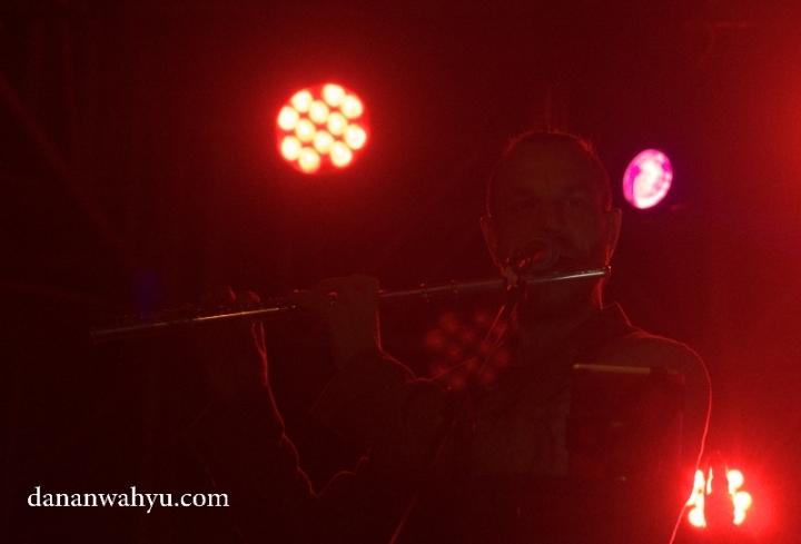 Sid Glaud memainkan suling menambah ornamen musik
