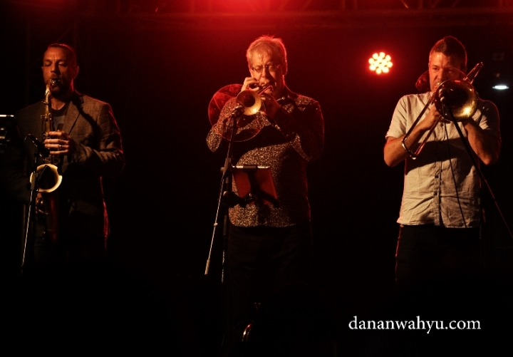 Trio Saxophone Sid Glaud, Pauls Tubbs Williams dan Alistair White Trombone.