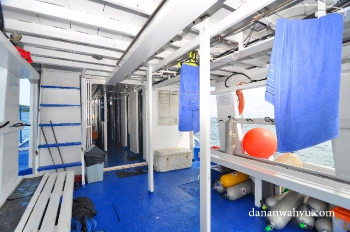 lantai satu kapal tempat peralatan diving