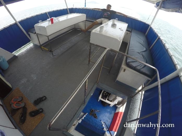tangga menghubungkan lantai satu dan dua kapal