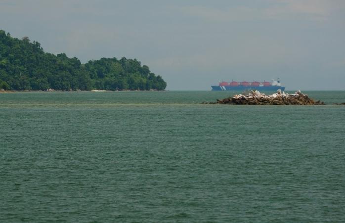 terlihat kapal besar di perairan pulau Petong