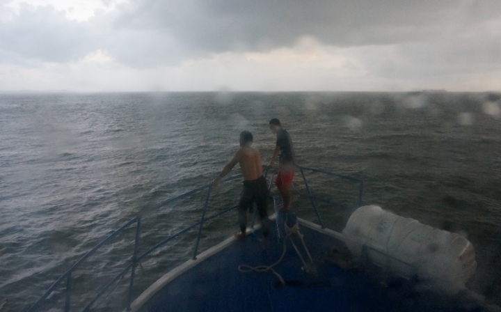 ujan badai di perairan pulau Petong