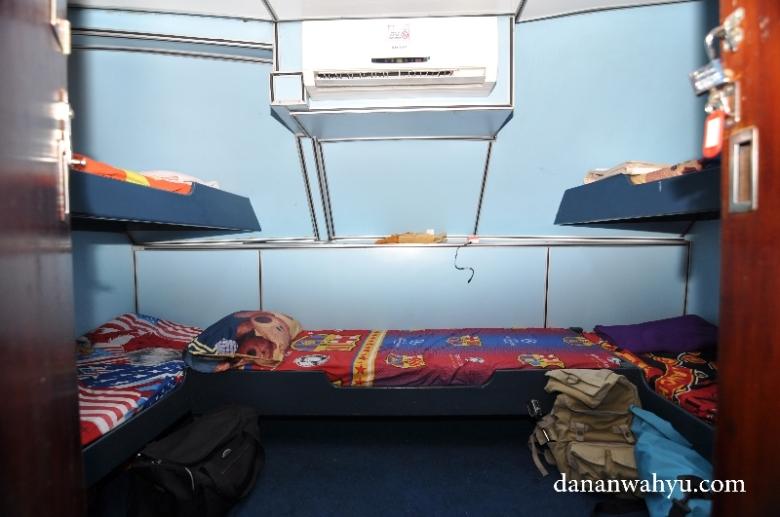 kamar tidur dengan lima tempat tidur