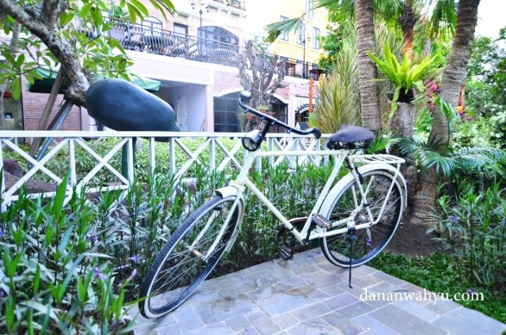 sepeda onthel menjadi salah satu ornamen outdoor taman