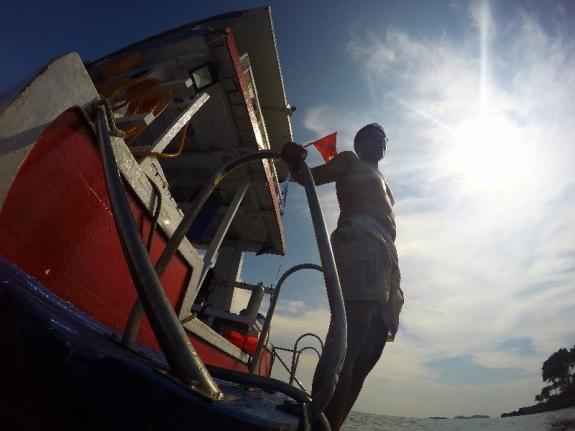 Ade kembali bersiap snorkeling di pulau Petong