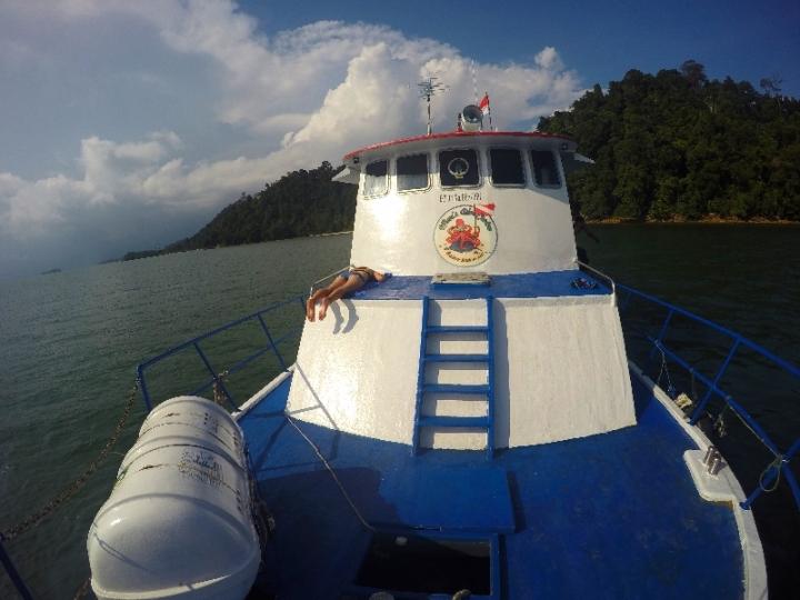 Jasmine berjemur di geladak depan kapal