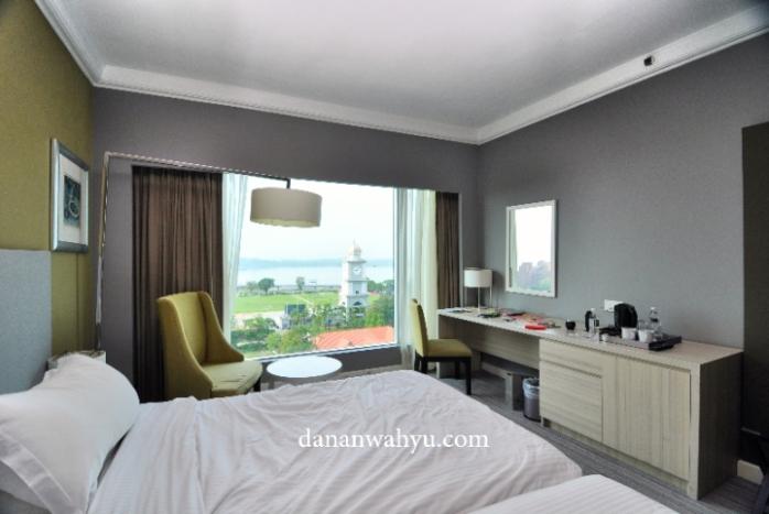 Kamar dengan pemandangan ke Selat Johor