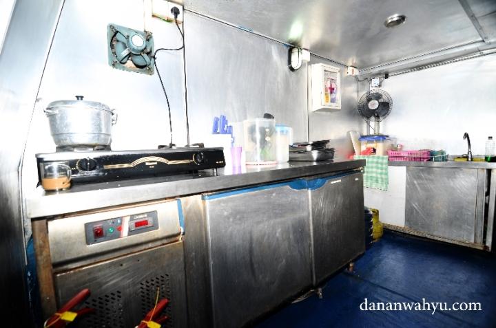dapur bersih tempat memasak makanan lezat di kapal
