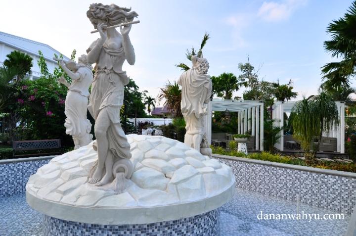 Kolam patung tiga musisi berada di tengah My Garden