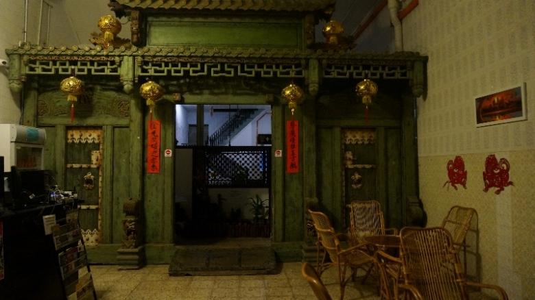 Gebyok China kuno di lobi Kimberley House