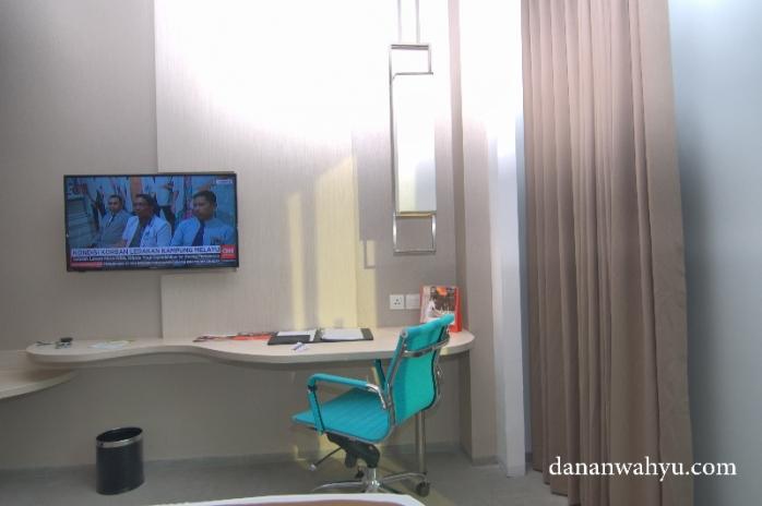 Meja kerja santai di kamar Swiss-BelinHotel Jambi