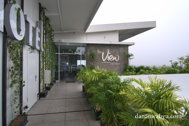 The View Cafe & Resto , lokasi kongkow di roof top bangunan Swiss-Belinhotel