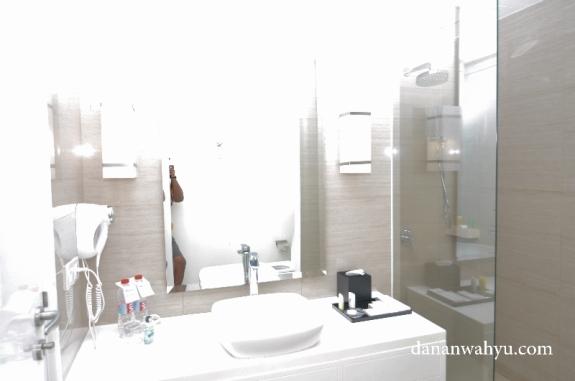 Penampakan kamar mandi Swiss-Belinhotel