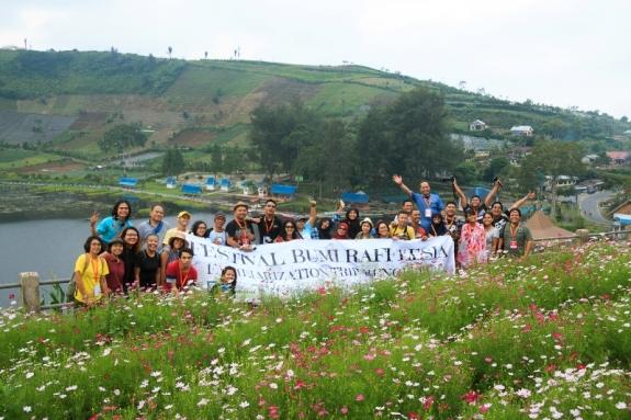 Kakak Blogger Bunga Nusantara (KBBN) berpose di danau Mas Harun Bastari