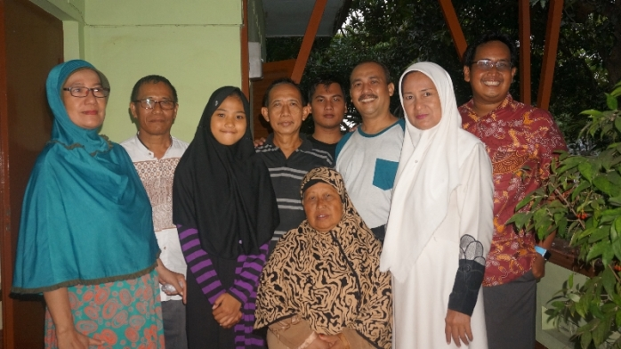 Ibu bersama keponakan dan cucu di Mbarat