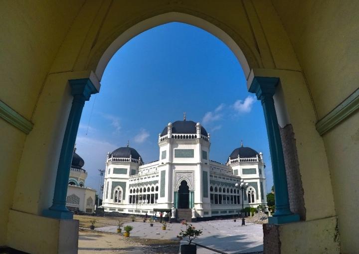 Megahnya pintu gerbang Masjid Raya Al - Mashun