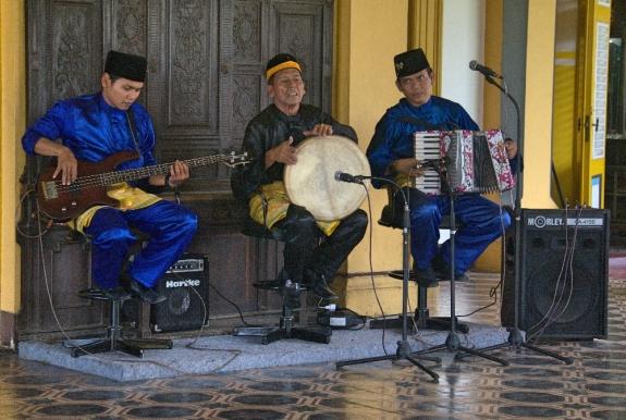 Atraksi dendang Melayu di Istana Maimum setiap hari Minggu