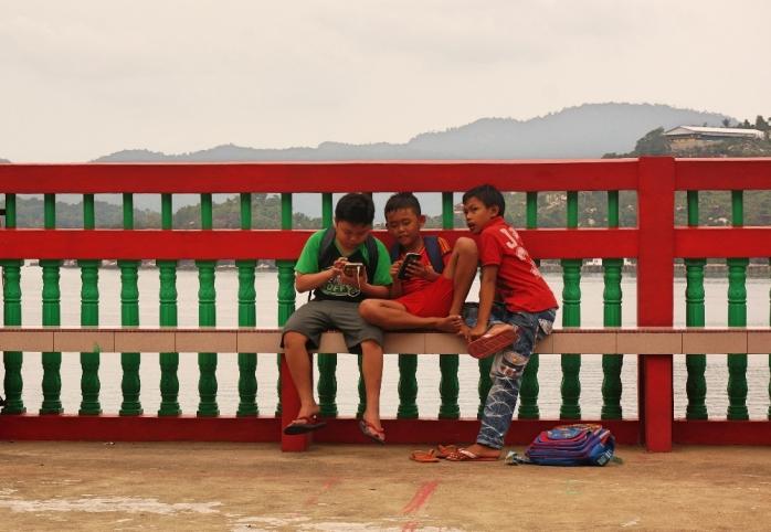 Anak-anak bermain di pelataran Vihara Gunung Dewa Siantan