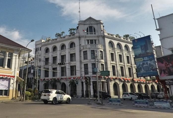 Gedung Losum (London Sumatra) , gedung pertama di Sumatra yang menggunakan lift