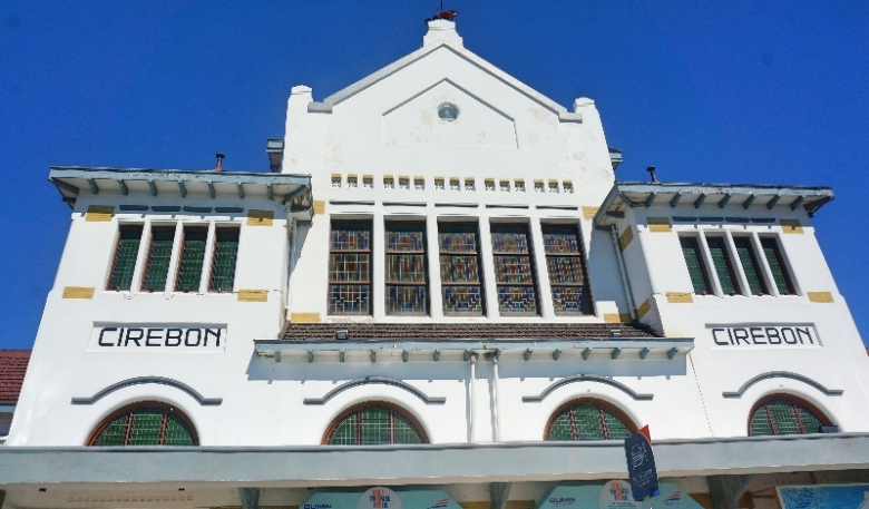 Stasiun Cirebon dengan langit biru dan lima matahari
