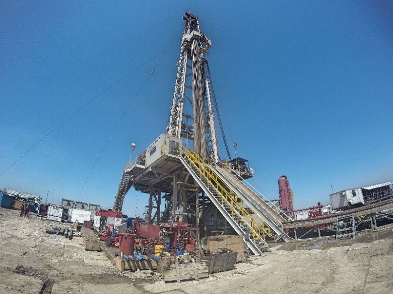 Rig yang akan menarik minyak bumi dari perut bumi