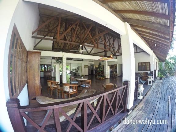 Sebagian besar elemen interior dan eksteriornya kayu