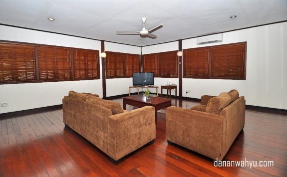 Ruang tamu luas dengan lantai kayu