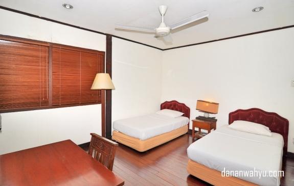 Kamar tidur dengan dua ranjang bisa menjadi kamar anak-anak