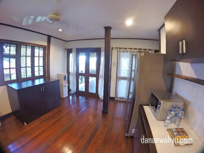 Tepat di samping dapur terdapat teras luas sekaligus ruang makan