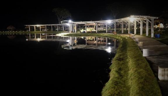 Suasana malam di Taman Pemancingan Poyotomo