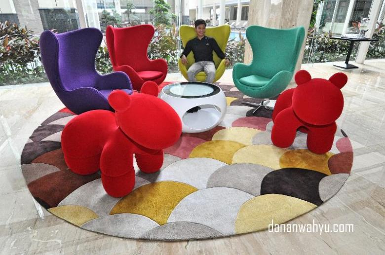 Serunya sofa warna warni Aston Batam Hotel & Residence