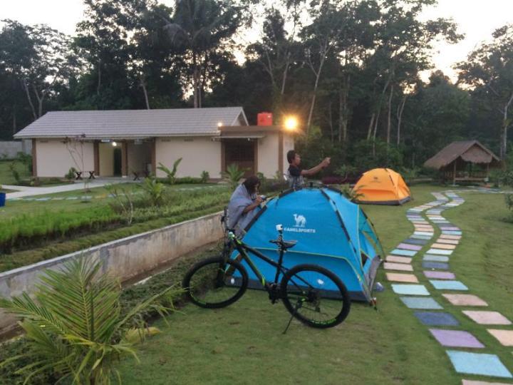 Tenda-tenda yang bisa disewa dari pengelola Taman Pemancingan Poyotomo.