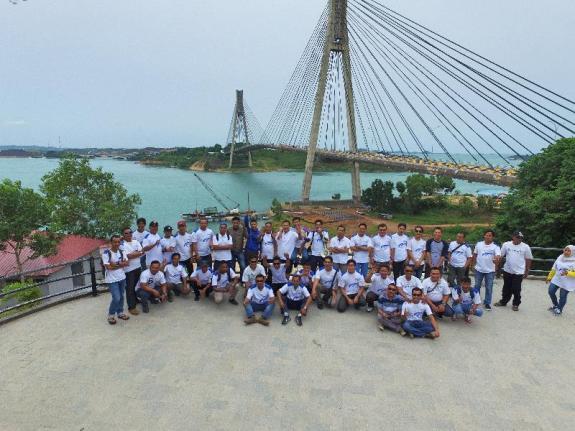 Sebelum sampai di Nipah Island Resort berposa bersama di jembatan Barelang 1